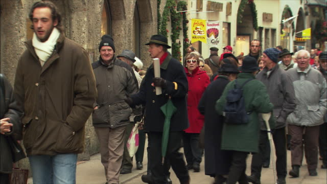 vidéos et rushes de ms crowds in getreidegasse / salzburg, austria - austria