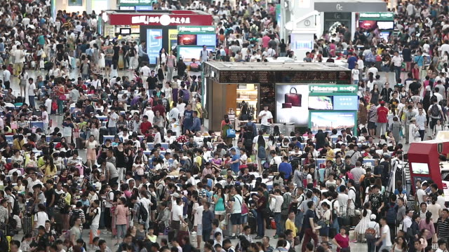 crowds in shanghai hongqiao railway station - 人口爆発点の映像素材/bロール