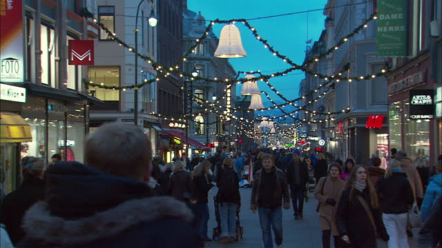 ws crowds in shopping district during christmas / oslo, norway - lametta stock-videos und b-roll-filmmaterial