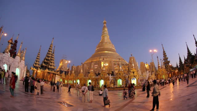 stockvideo's en b-roll-footage met ws crowds in temple courtyard / rangoon, yangon, myanmar - groothoek