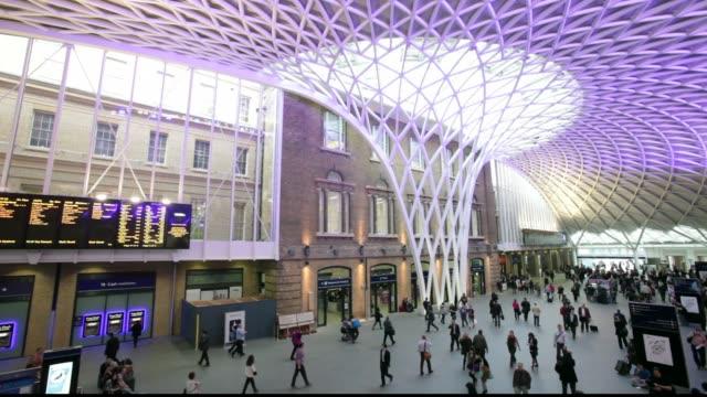 stockvideo's en b-roll-footage met crowds in the newly refurbished kings cross station, london, uk - station london king's cross