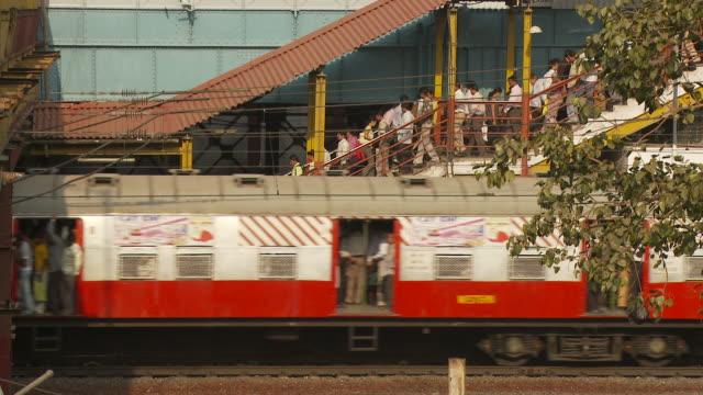ws crowds in train station / mumbai, india - railway station platform stock videos & royalty-free footage