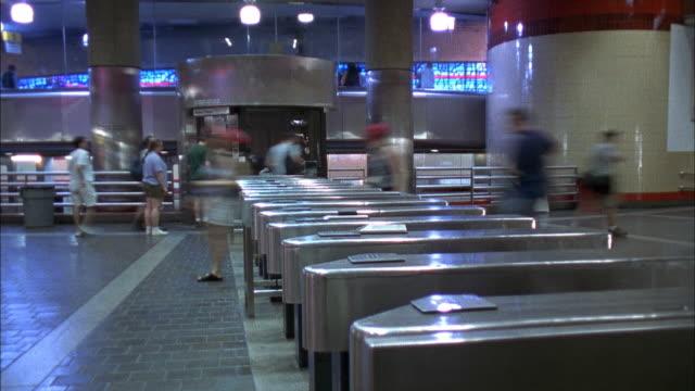 vídeos de stock e filmes b-roll de crowds moving through turnstiles - torniquete divisa