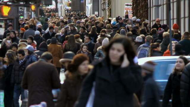 ms crowds of christmas shoppers on 5th avenue / new york city, new york, usa  - gemeinsam gehen stock-videos und b-roll-filmmaterial