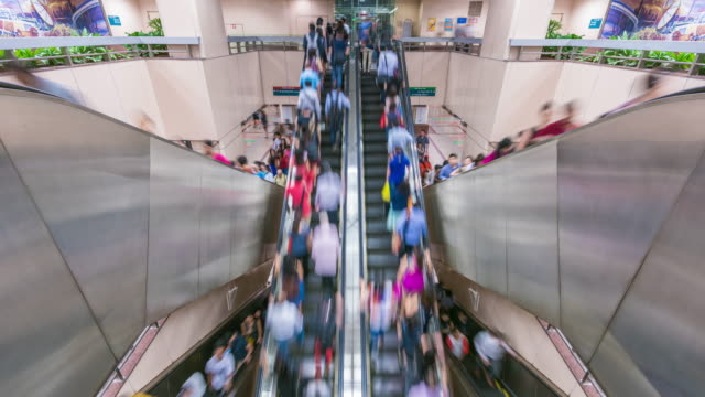crowds of commuters on the mrt, singapore - republik singapur stock-videos und b-roll-filmmaterial