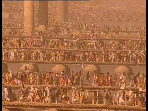 vidéos et rushes de crowds of hindu pilgrims at the maha kumbh mela. - fête religieuse