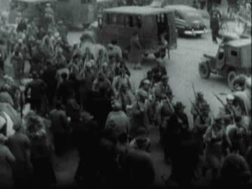 montage crowds of north korean refugees fleeing through the streets carrying their bundles / north korea - 1951 bildbanksvideor och videomaterial från bakom kulisserna