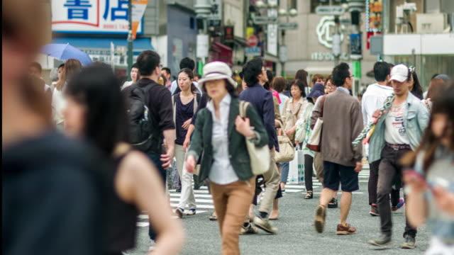 群衆の人々に、東京の渋谷のスクランブル交差点。 - 交差点点の映像素材/bロール