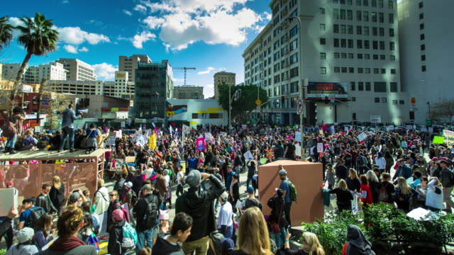 vídeos de stock, filmes e b-roll de crowds of people at the women's march in los angeles, 01/21/2017 - marchando