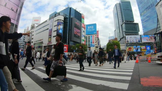 東京の道路を横断する人々の群衆 - 民間人点の映像素材/bロール