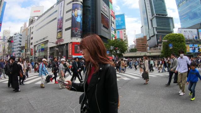 東京の道路を横断する人々の群衆 - 十字路点の映像素材/bロール