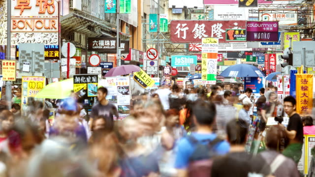 vídeos de stock, filmes e b-roll de t/l ms td crowds of people in mong kok pedestrian steet / hong kong, china - economia