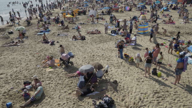 stockvideo's en b-roll-footage met crowds of people on the beach. - grote groep mensen