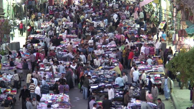 stockvideo's en b-roll-footage met crowds of people shop at a busy bazaar in cairo, egypt. - caïro