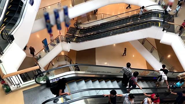 stockvideo's en b-roll-footage met massa's mensen winkelen - in de rij staan