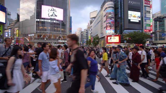 vídeos y material grabado en eventos de stock de multitud de personas caminando en shibuya crossing / tokio, japón - cruce de shibuya