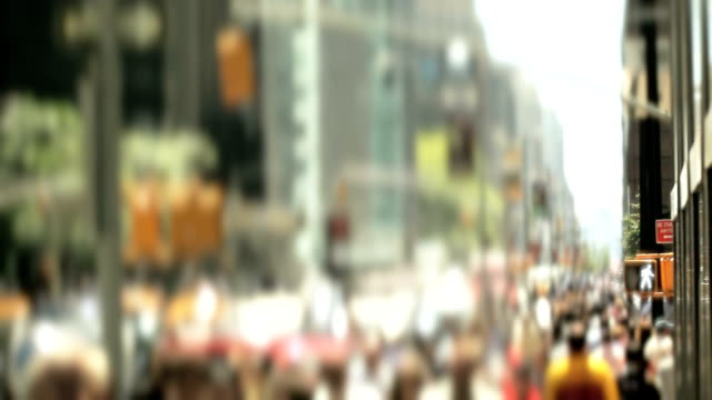 crowds of people walking in new york city - gemeinsam gehen stock-videos und b-roll-filmmaterial