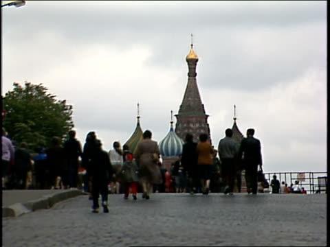 vídeos de stock, filmes e b-roll de crowds of people walking outside kremlin palace - 1987