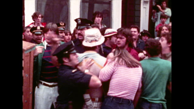 crowds of protestors and police clash in boston during the desegregating busing crisis in 1974 - 以前の点の映像素材/bロール
