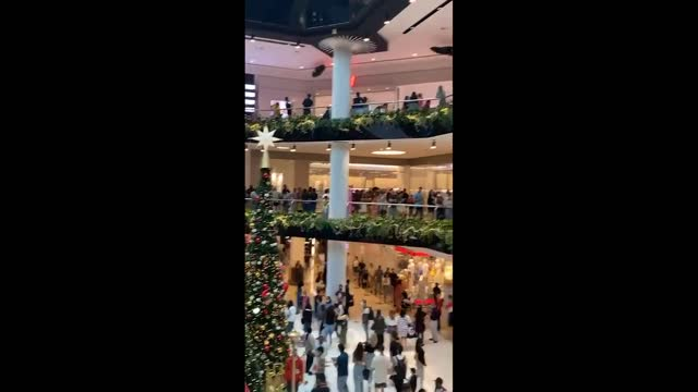 stockvideo's en b-roll-footage met crowds of shoppers flocked to a suburban shopping mall in sydney's west on boxing day, a day after the state's premier gladys berejiklian pleaded for... - https