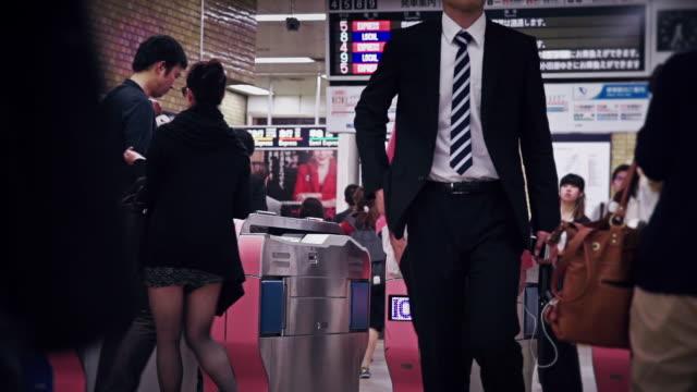 crowds of tokyo commuters at busy subway station - 自動改札機点の映像素材/bロール