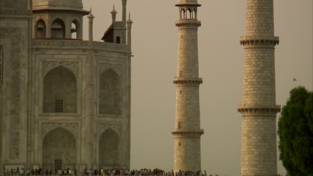 crowds of tourists are dwarfed by the taj mahal. - besichtigung stock-videos und b-roll-filmmaterial