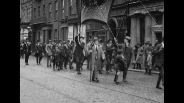 vídeos de stock e filmes b-roll de crowds of ulster and orangemen parade on the streets of belfast in support of the uk. - província do ulster