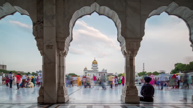 tl, ws crowds of worshippers at gurdwara bangla sahib / delhi, india - india video stock e b–roll