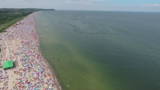 vidéos et rushes de crowds on beach - tourisme