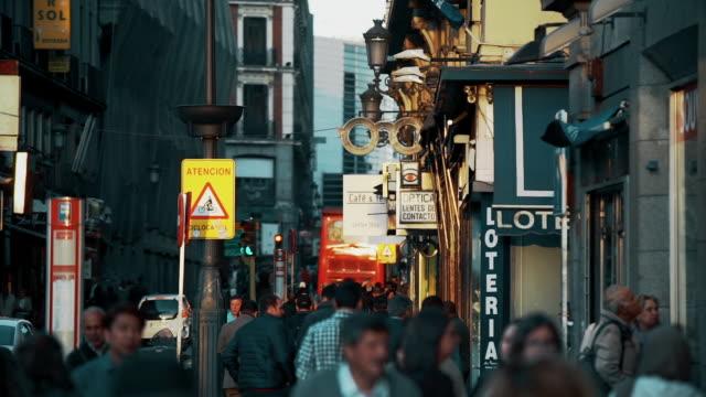 vídeos de stock e filmes b-roll de crowds on calle de alcalá - rua principal rua