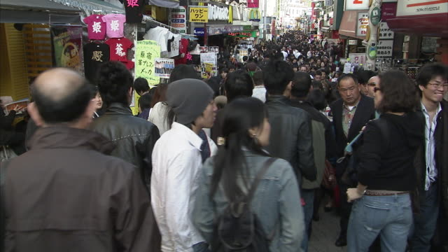 vídeos y material grabado en eventos de stock de ws crowds on takeshita dori street, harajuku, tokyo, japan - letrero de tienda