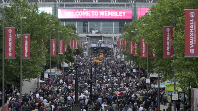 stockvideo's en b-roll-footage met crowds on wembley way - ingang