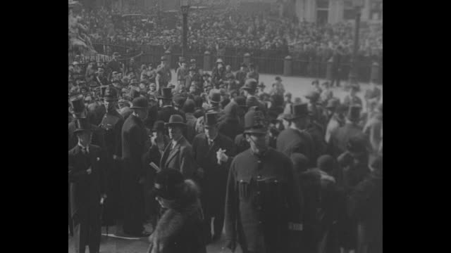 crowds outside st paul's cathedral in london where memorial service for the british airmen killed in the r101 airship disaster is being held two... - プリンス点の映像素材/bロール