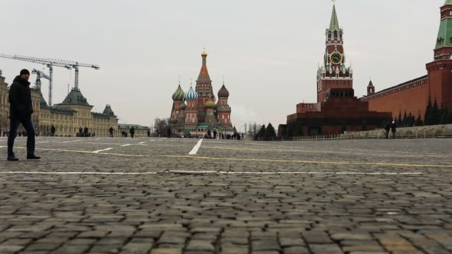 vídeos de stock e filmes b-roll de crowds pass the cathedral of vasily the blessed better known as saint basil's cathedral on march 03 2017 in moscow russia the unesco world heritage... - praça vermelha