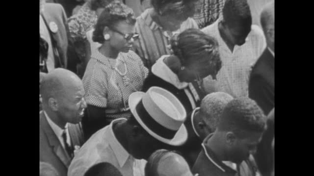 vídeos de stock e filmes b-roll de crowds praying at the march on washington - 1963