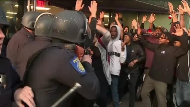 ktxl crowds protesting stephon clark shooting take over downtown sacramento - demonstrant bildbanksvideor och videomaterial från bakom kulisserna