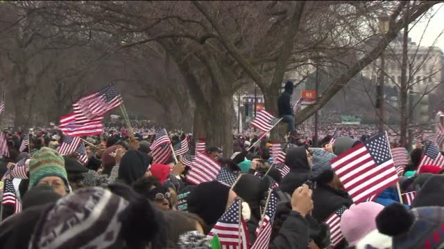 crowds react to obama coming on stage at his second inaugural address on january 21, 2013 in washington, dc - 大統領就任式点の映像素材/bロール