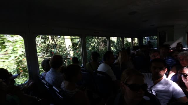 vidéos et rushes de crowds ride the train that takes passengers from the christ the redeemer statue at corcovado on march 28, 2013 in rio de janeiro, brazil. rio de... - corcovado