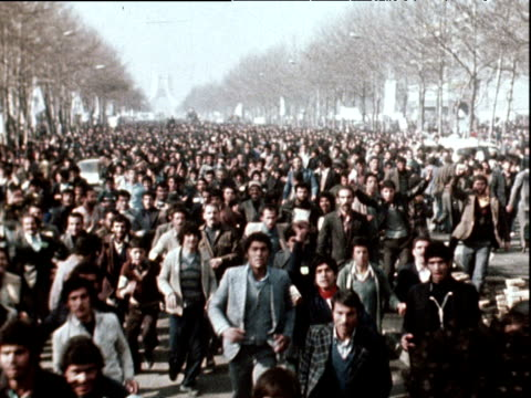 crowds run after ayatollah ruhollah khomeini's truck celebrating his return to iran after 15 years in exile 1 feb 79 - イラン点の映像素材/bロール