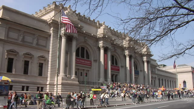 vidéos et rushes de ws crowds sitting on steps in front of metropolitan museum of art / new york, united states - musée