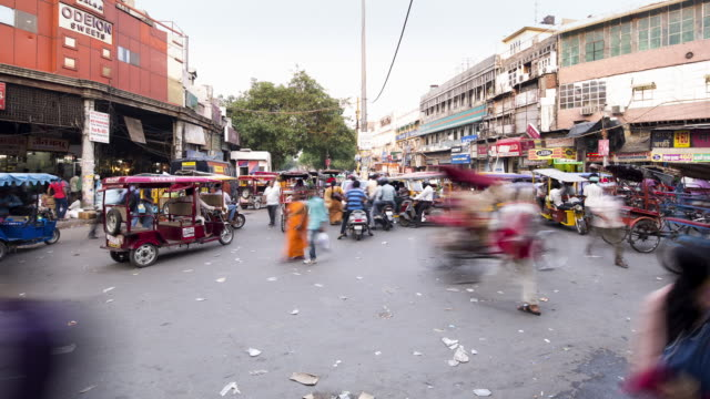 vídeos de stock, filmes e b-roll de tl, ha crowds, traffic, and bicycle rickshaws swarm through delhi's old town / delhi, india - time lapse de trânsito