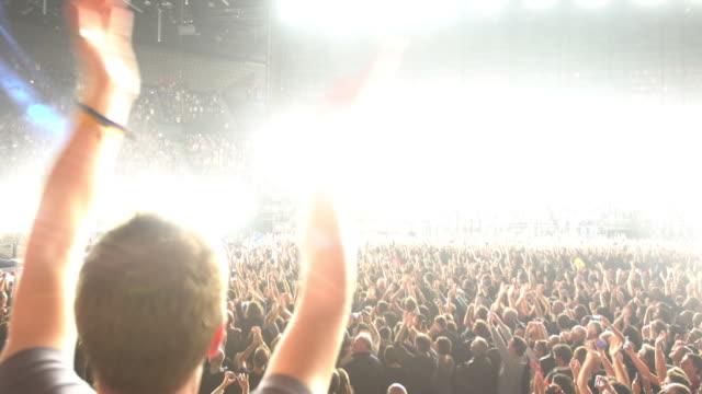 vidéos et rushes de crowds - bras en l'air