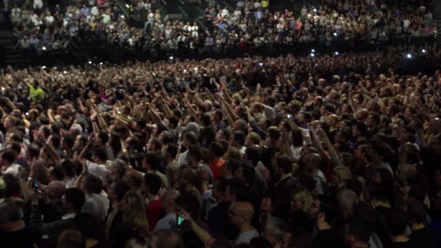 vidéos et rushes de crowds - foule