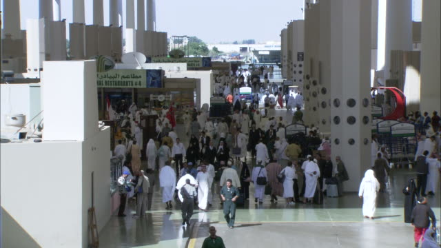 vídeos de stock e filmes b-roll de crowds walk through the hajj terminal. - turismo