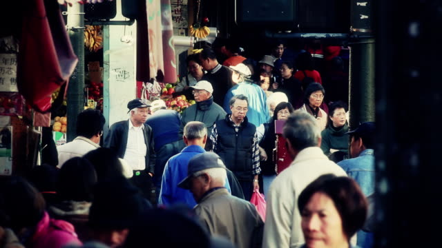 vídeos de stock, filmes e b-roll de crowds walk through the streets of chinatown in san francisco. - bairro chinês