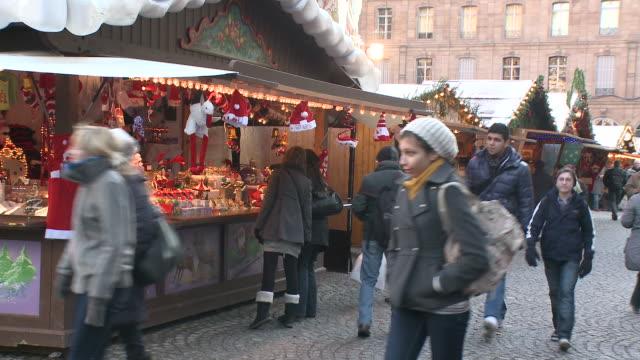 vídeos de stock e filmes b-roll de ms crowds walking at christmas market / strasbourg, alsace, france - estrasburgo