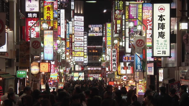 ws crowds walking below neon lights at shinjuku street / tokyo, kanto, japan - neon stock videos & royalty-free footage