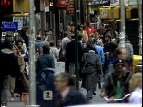 vidéos et rushes de crowds walking down times square sidewalk - times square manhattan