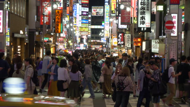 crowds walking on a major city street in tokyo, japan. - (war or terrorism or election or government or illness or news event or speech or politics or politician or conflict or military or extreme weather or business or economy) and not usa点の映像素材/bロール