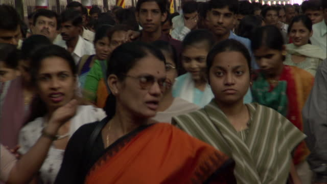 ms zi crowds walking on platform at chhatrapati shivaji terminus, mumbai, maharashtra, india - rail transportation stock videos & royalty-free footage